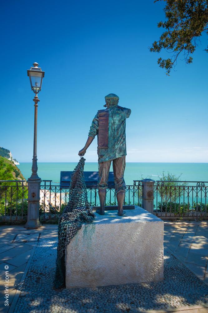 Numana-Statua del Pescatore