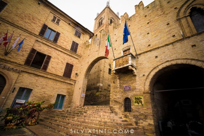 Montecassiano - Palazzo dei Priori e scalinata-1